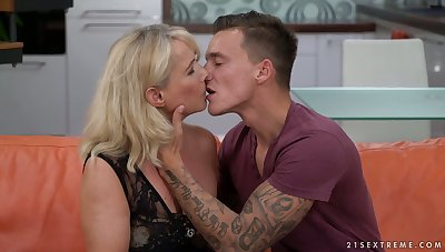 Sexually charged cougar Jana Nelle has an affair in the air young student living nextdoor