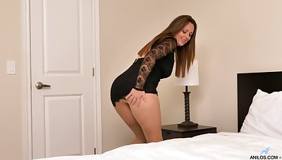 Pantyhose queen with a MILF vibe masturbating in her judiciary
