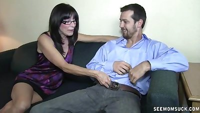 Cheating mature wife loves to try oral sex with their way neighbor