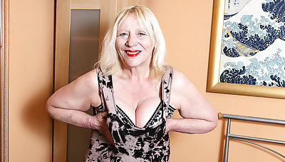Raunchy British Housewife Playing Close by Her Hairy Snatch - MatureNL