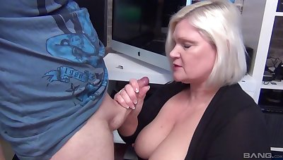 Slutty blonde mature Lacey Starr drops overhead her knees to up pot-head