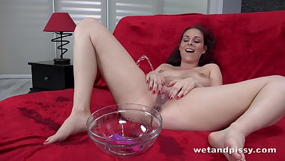 Czech chick Antonia Sainz is pissing during addiction