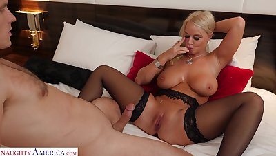 Cock hungry MILF London River opens her legs be advantageous to hardcore fucking