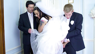 Bride soldier of fortune on future hubby оn the wedding day